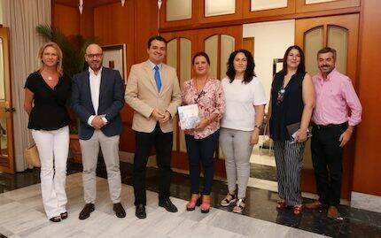La junta de ACPACYS presenta su memoria al alcalde, José María Bellido. / Acpacys