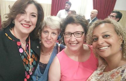 Eva Contador junto a algunas mujeres de su iglesia, el día de la investidura de Gobierno local.