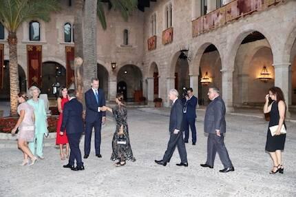 Los Reyes, saludando a los invitados. / © Casa Real