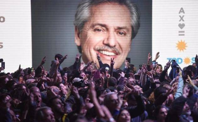 Seguidores de Fernández celebran los resultados de las primarias.,