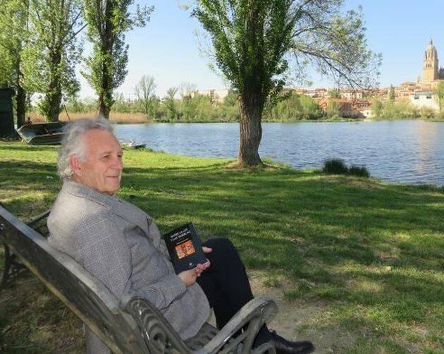 Máximo García Ruiz en salamanca, con su primer poemario (foto de Jacqueline Alencar),