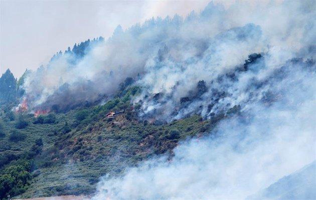 Las elevadas temperaturas y el viento han provocado que el fuego alcance el Parque Natural de Tamadaba. / Twitter @RTVCes,