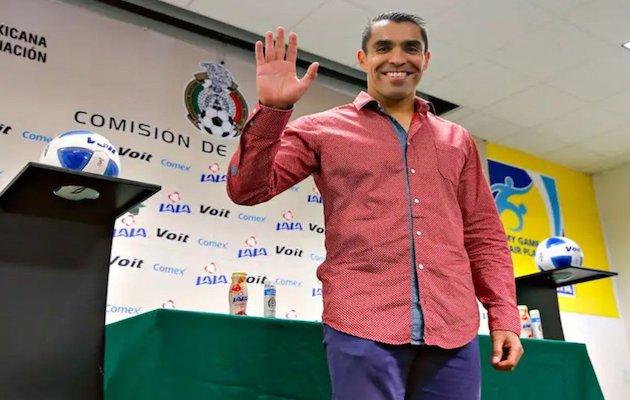 El ex-árbitro y pastor Marco Antonio Rodríguez entrenará al Salamanca esta temporada. / Twitter @ChiquimarcoMX,
