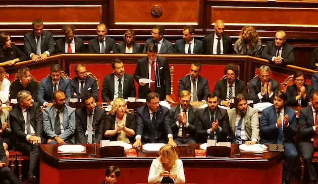 Giuseppe Conte, de pie en el centro, haciendo pública su renuncia ante el Senado. / Twitter @SenatoStampa,