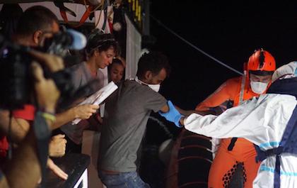Un instante durante el desembarco del Open Arms la noche de este martes en Lampedusa. / Francisco Gentico, Facebook Open Arms