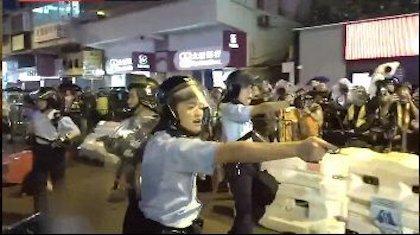 Captura de pantalla del momento en el que algunos agentes de policía sacan su arma y apuntan a los manifestantes. / Twitter @HongKongFP