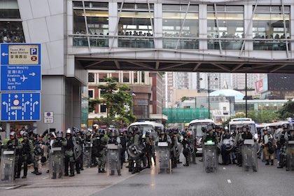 Miembros de la brigada antidisturbios ocupando una calle de Hong Kong. / Twitter @HongKongFP