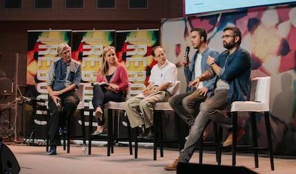 Personas con preparación teológica y experiencia contestan a las preguntas de los jóvenes. / RZ