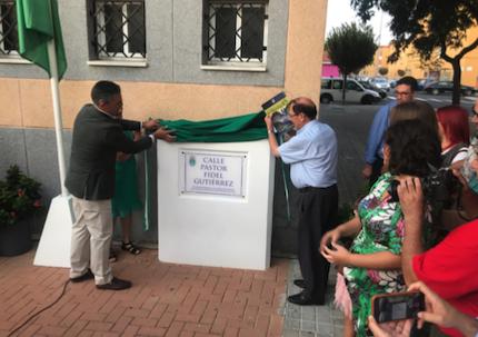 El momento de la inauguración de la placa con el nombre de la calle. / FADE