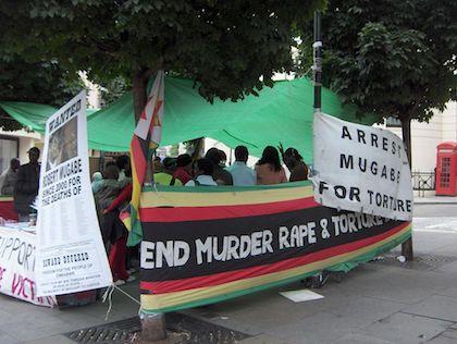 Concentración en 2006 por parte de zimbabuenses en la diáspora, en Londres, pidiendo la detención de Mugabe por torturas y asesinatos. / Wikimedia Commons