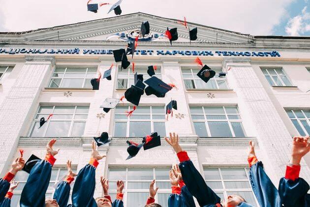 En el caso de los alumnos de centros evangélicos, comienzan a tener crisis de fe a partir del tercer año de estudios. / Vasily Koloda, Unsplash CC,