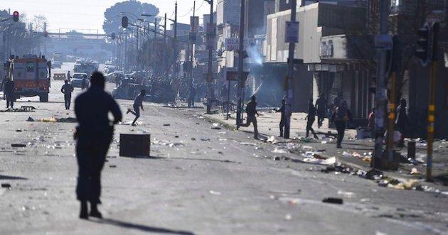 Al menos 12 personas han muerto en los últimos enfrentamientos de carácter xenófobo en Sudáfrica. / Twitter @bieleckaag,