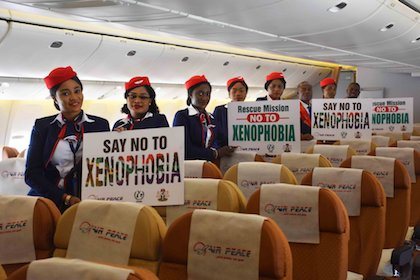 La tripulación de cabina de un vuelo de Air Peace, la aerolínea nigeriana que ha transportado a los primeros centenares de personas de vuelta a Abuya, sosteniendo carteles contra la xenofobia. / Twitter @flyairpeace