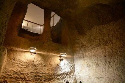 Cárcel excavada en roca, situada bajo la Iglesia de San Pedro en Galicanto (Jerusalén), donde se cree que estuvo Jesús prisionero.