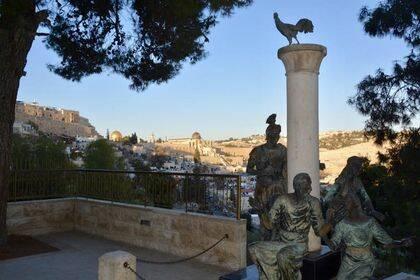 Escultura situada en los jardines de la iglesia de San Pedro Galicanto que conmemora las negaciones de Pedro y el canto del gallo.