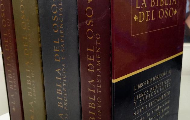 Edición de 2001 de la Biblia del Oso por Alfaguara, dividida en cuatro tomos.,