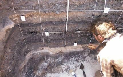 Recolectando muestras de escoria y carbón de la colina. Las finas capas de desperdicio tecnológico, bien fechadas por radiocarbono, proporcionan un registro detallado del cambio tecnológico en el Edom bíblico, según el arqueólogo Erez Ben-Yosef. / E. Ben-yosef, Central Timna Valley Project
