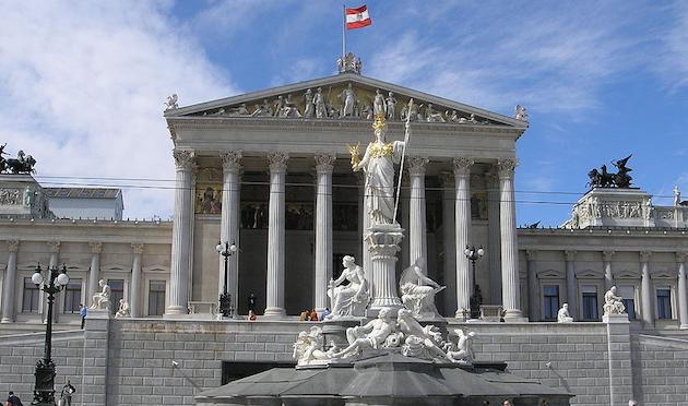 Fachada principal del Parlamento de Austria, en Viena. / Wikimedia Commons,
