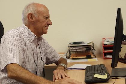 Alberto trabajando en las oficinas de la Alianza Evangélica Española, en Barcelona. / J. Soriano