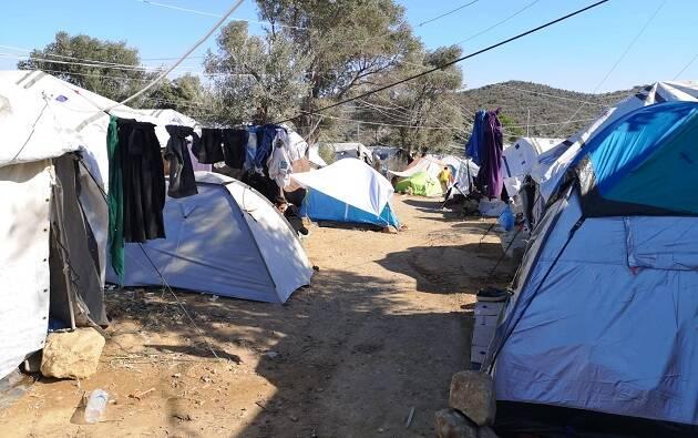Tiendas que acogen a familias recién llegadas, en las afueras del campo de refugiados de Moria, en Lesbos, Grecia, septiembre de 2019. / Foto: Pau Abad,