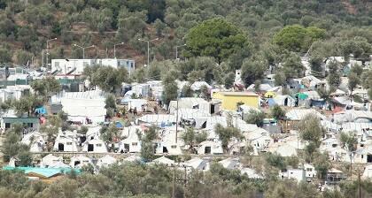 Una zona de tiendas en Moria, vista desde la distancia. / Pau Abad
