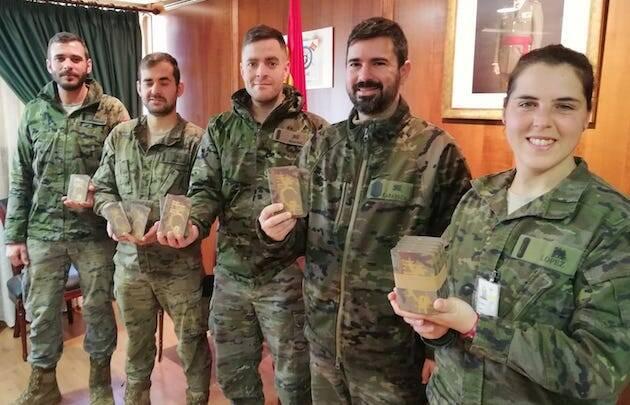 Varios militares, con ejemplares del Nuevo Testamento entregados durante la celebración de los cuatro años de capellanía militar en Córdoba. / A.Baena,