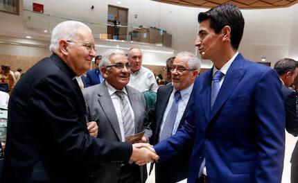 David Robles (d) saluda a un sacerdote católico de la ciudad invitado al acto en presencia del pastor emérito, Manuel Corral (segundo por la derecha).