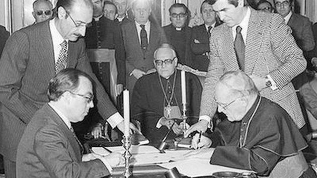 El entonces ministro de Asuntos Exteriores, Marcelino Oreja, a la izquierda, y el cardenal Jean-Marie Villot, a la derecha, firmando los acuerdos. / Religión Digital,