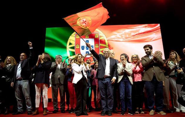 António Costa, en el centro y sujetando la bandera portuguesa, celebra la victoria electoral. / Twitter @antoniocostaps,
