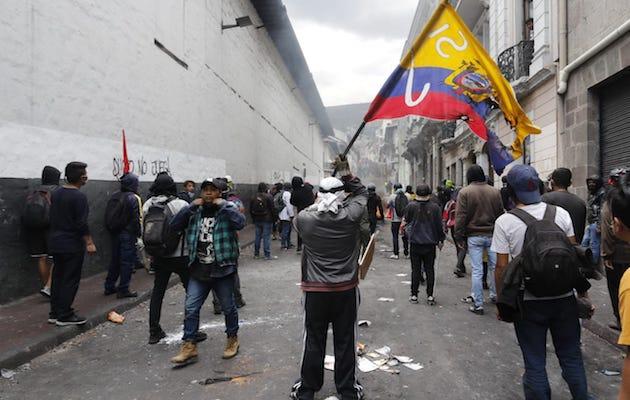 Manifestantes en una calle de Quito. / Twitter @lahoraecuador,