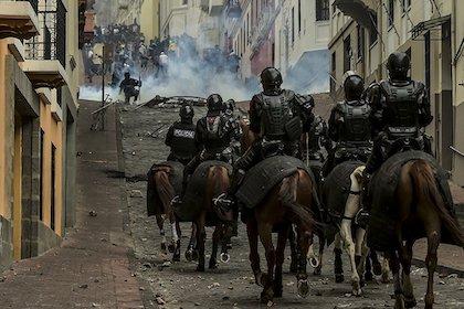 Policías montados a caballo dirigiéndose a una concentración de manifestantes. / Twitter @noticias24