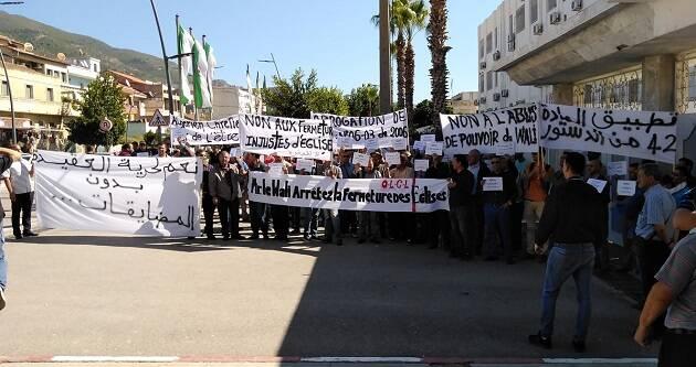 Cristianos protestantes se manifiestan con pancartas contra la campaña de cierre de iglesias en Argelia. / Foto via Evangelical Focus,