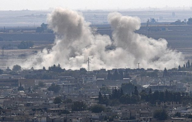 Los bombardeos turcos en la zona de la Federación Democrática del Norte de Siria han desplazado a miles de personas y han causado decenas de muertos. / Twitter @otempo,