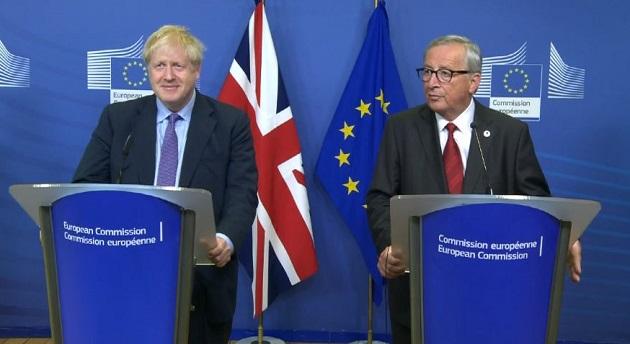 El primer ministro británico, Boris Johnson, y el presidente de la Comisión Europea, Jean-Claude Juncker, durante el anuncio del acuerdo. / Facebook Comisión Europea,