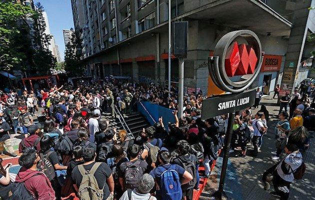 Concentración pacífica junto a una estación de metro en Santiago de Chile. / Twitter @latercera,