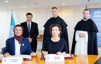 La ministra emiratí Noura Al Kaabi y la directora de la UNESCO, Audrey Azoulay, firmando el acuerdo de colaboración. / Twitter@ UNESCOIraq, C. Alix