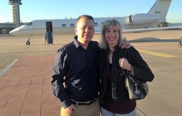 Andrew y Norine Brunson poco después de aterrizar en Estados Unidos el 13 de octubre de 2018, tras su liberación. / Facebook Andrew and Norine Brunson,