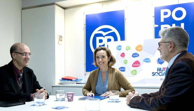 Un momento del encuentro, en el centro Cuca Gamarra, a la izquierda M. Suárez y a la dcha. P. Tarquis,Xesús Manuel Suárez con Cuca Gamarra y Pedro Tarquis, AEE PP