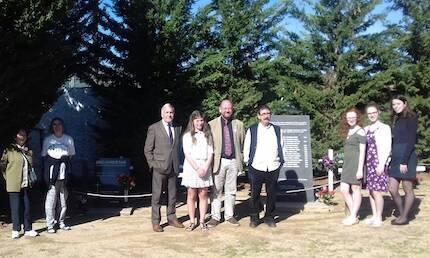 En el cementerio, en el sector para los disidentes, donde se encuentran los restos de George Lawrence.