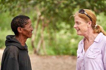 La investigadora y profesora de la Universidad de Sidney, Vanessa Hayes, charla con un miembro la tribu Ikun Ikunta. / Twitter @GarvanInstitute