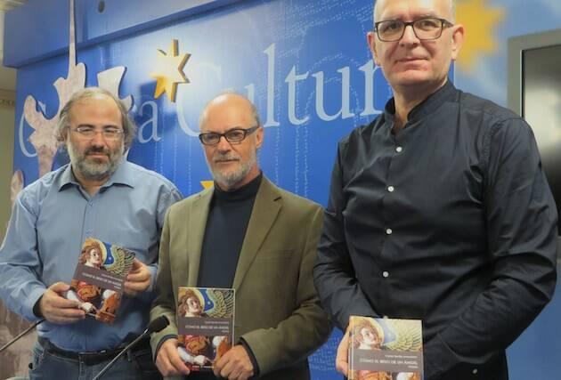 De izquierda a derecha, Alfredo Pérez Alencart, Carlos Bonilla y Juan Carlos Martín Cobano, con el libro. / Jacqueline Alencar,
