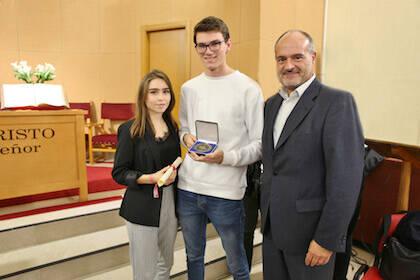 Representantes de GBU recogiendo la Medalla de Honor. / M.Gala