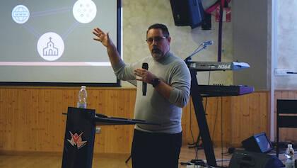 José de León durante su charla sobre el proceso de desarrollo de equipos de commmunity managers en la iglesia. / Centro Familiar Cristiano de Sabadell