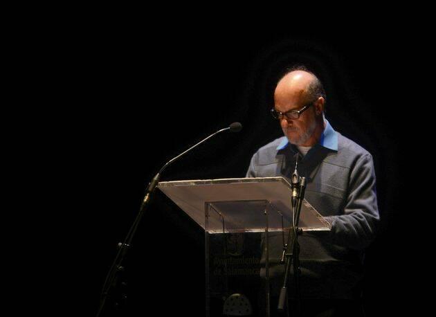 Carlos Bonilla leyendo en el Teatro Liceo (foto de José Amador Martín),