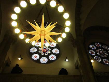 La decoración del interior de la iglesia también emula los mercadillos típicos alemanes. / Facebook Friedens Kirche Madrid