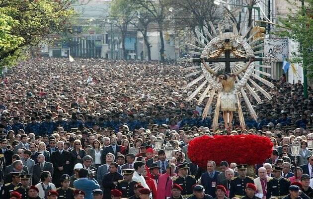 La procesión del Señor y la Virgen del Milagro, en la ciudad de Salta, está considerada uno de las celebraciones católicas más populares en Argentina. / Wikimedia Commons,