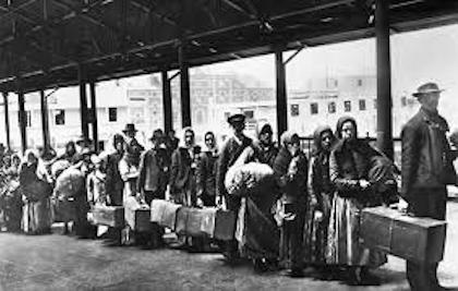 Hombres y mujeres europeos esperando su turno para entrar a territorio estadounidense.