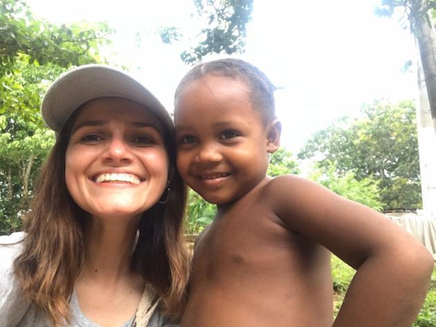 Adriana Cortés junto a Margarita, una niña palenquera apadrinada y a la que le encanta guiar a visitas turísticas por su pueblo. / Alianza Solidaria,