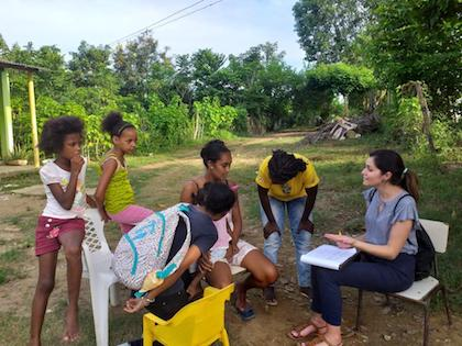 Cortés con un grupo de niños durante su primera visita al pueblo. / AS