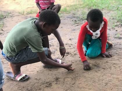 En las calles del pueblo pueden verse a muchos niños jugando. / AS
